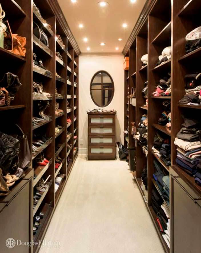Собственный гардероб в спальне дома Ким Кардашьян