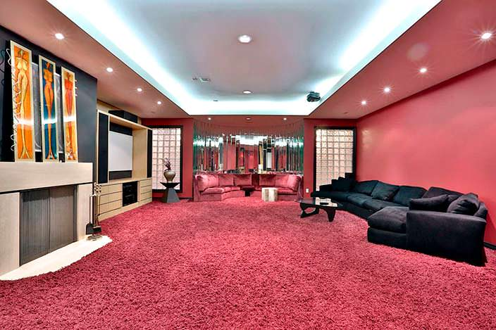 Фото | Розовый ковер в комнате с камином в доме Принса