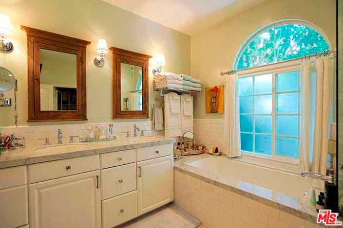 Дизайн ванной в традиционном стиле в доме Селены Гомес
