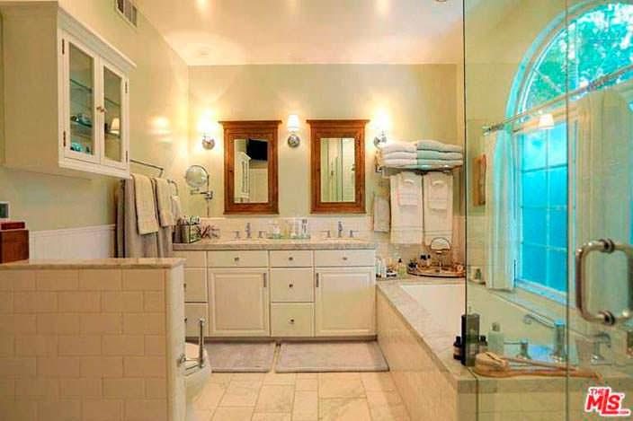 Ванная со стеклянной душевой кабинкой