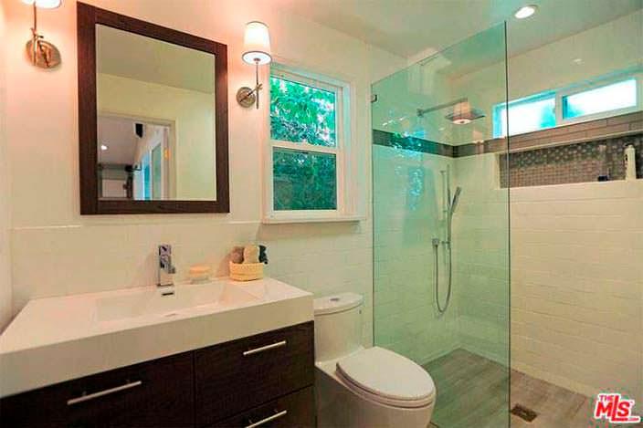Стеклянное ограждение душевой кабинки в ванной