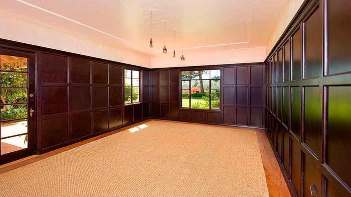 Деревянные стеновые панели в интерьере дома Тома Хэнкса