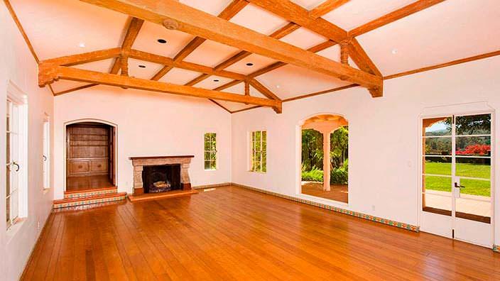 Деревянный потолок с балками в дизайне комнаты