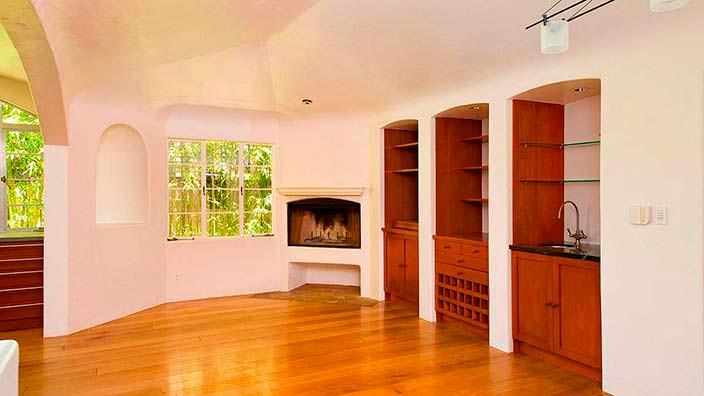 Дизайн комнаты в испанском стиле с камином