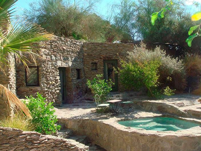 Каменный дом с бассейном в горах Палм-Спрингс