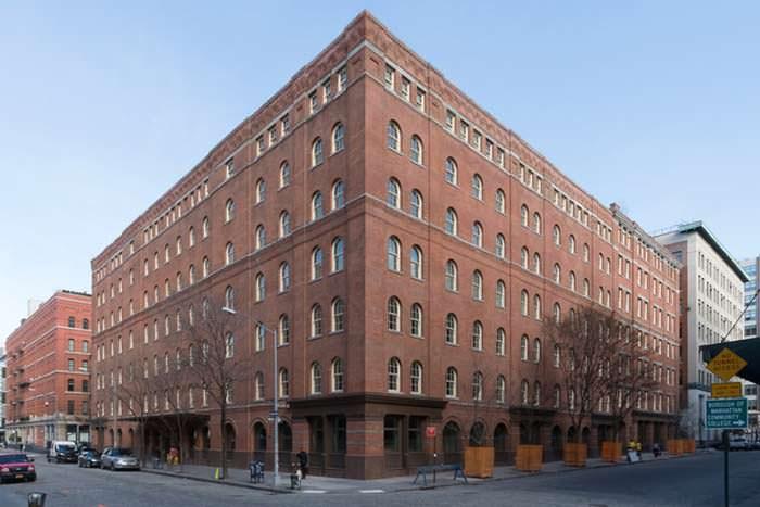 Семиэтажный многоквартирный дом 19 века на Манхэттене