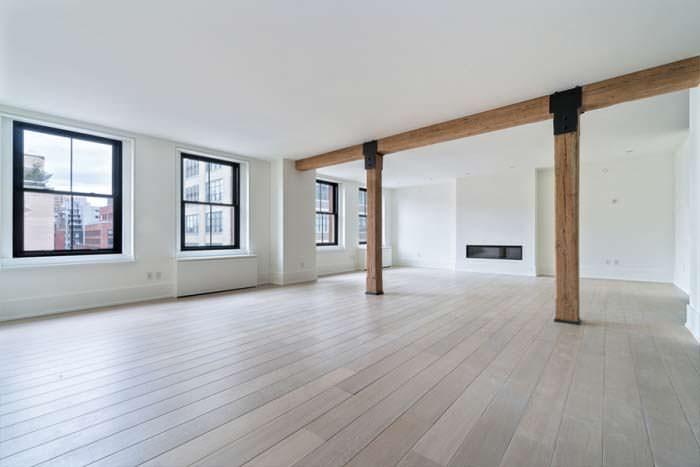 Дизайн комнаты с камином и деревянными балками