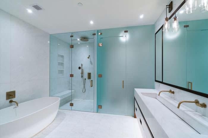 Мраморная ванная комната в квартире Дженнифер Лоуренс