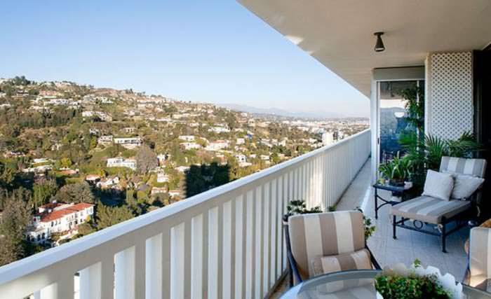 Узкий балкон с панорамным видом на многомиллионные дома
