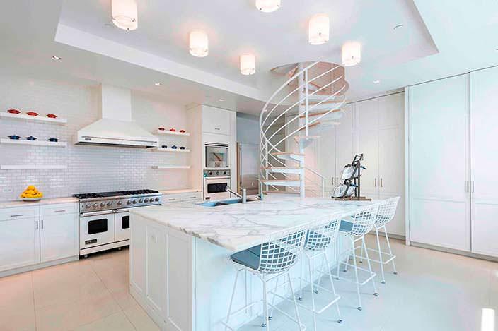 Гранитные столешницы кухни двухэтажного пентхауса Стинга