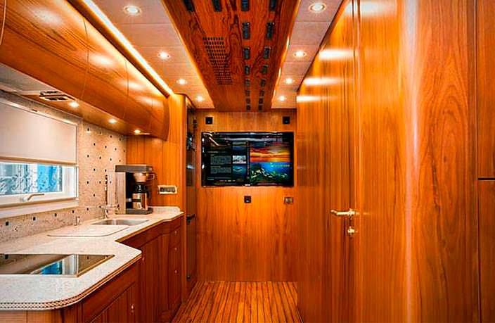 Кухня внутри дома на колесах Mercedes-Benz Zetros 6x6