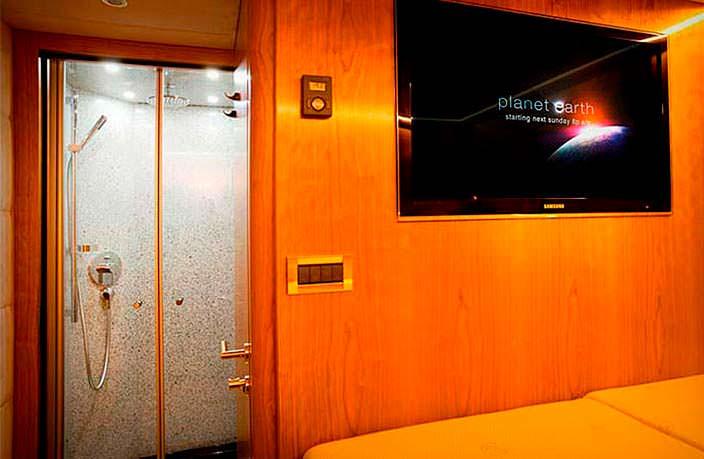 Роскошная спальня и душ на колесах Mercedes-Benz Zetros 6x6