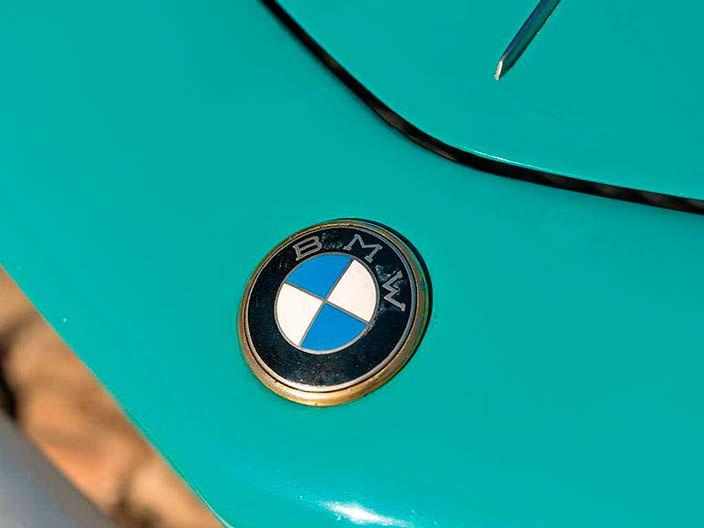 Логотип BMW на капоте родстера 507