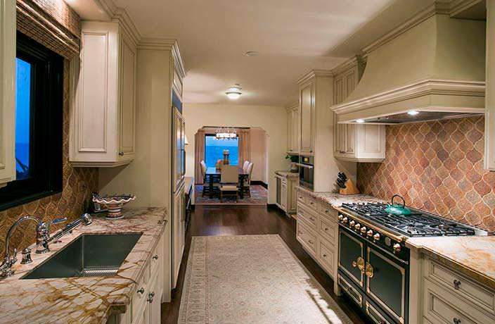 Классический дизайн узкой кухни в доме Дайан Китон