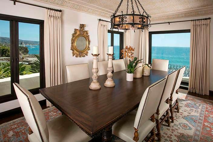 Столовая с панорамным видом на Тихий океан в доме Дайан Китон