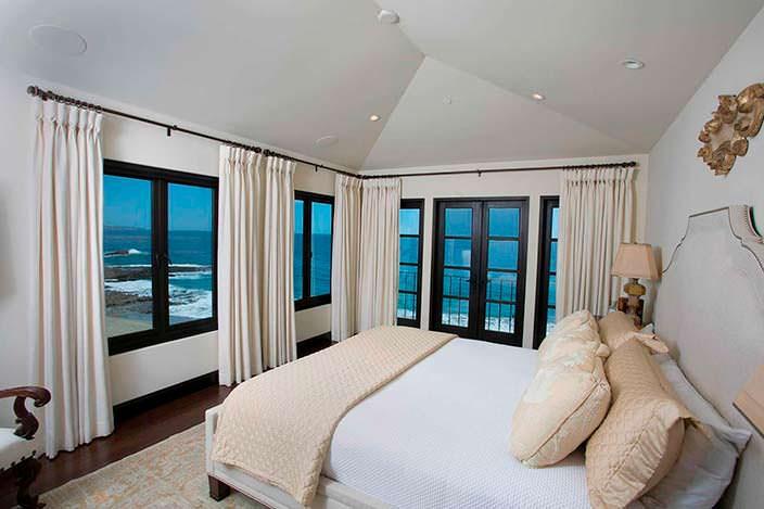 Спальня с панорамным видом на Тихий океан в доме Дайан Китон