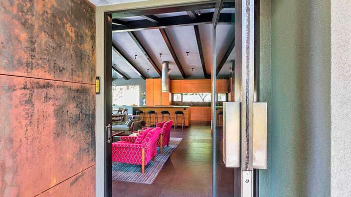 Сводчатый потолок с балками в интерьере