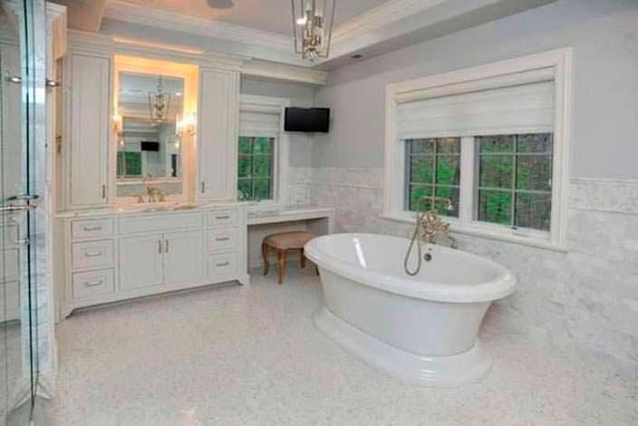 Мраморный дизайн ванной комнаты в доме Кристин Каваллари
