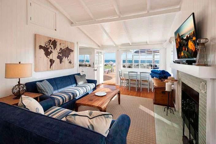 Интерьер гостиной с панорамным видом на океан