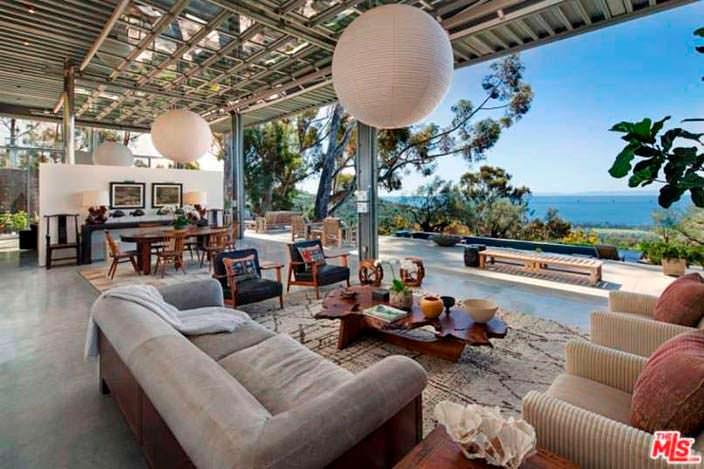 Панорамная гостиная в доме Натали Портман с видом на океан