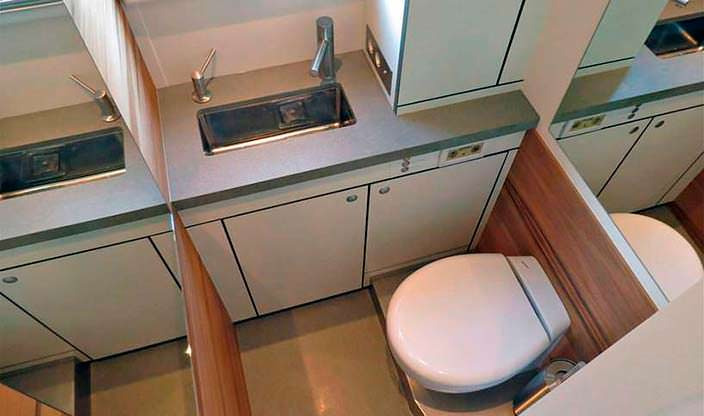 Туалет с душевой кабиной в салоне Action Mobil XRS 7200