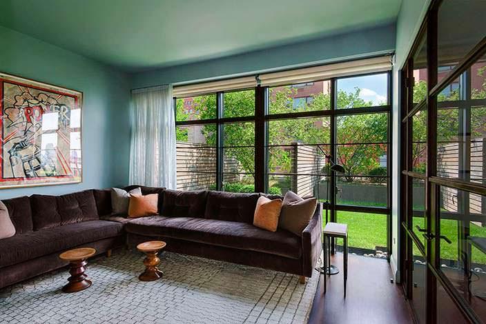 Большой угловой диван в дизайне комнаты квартиры Джона Бон Джови