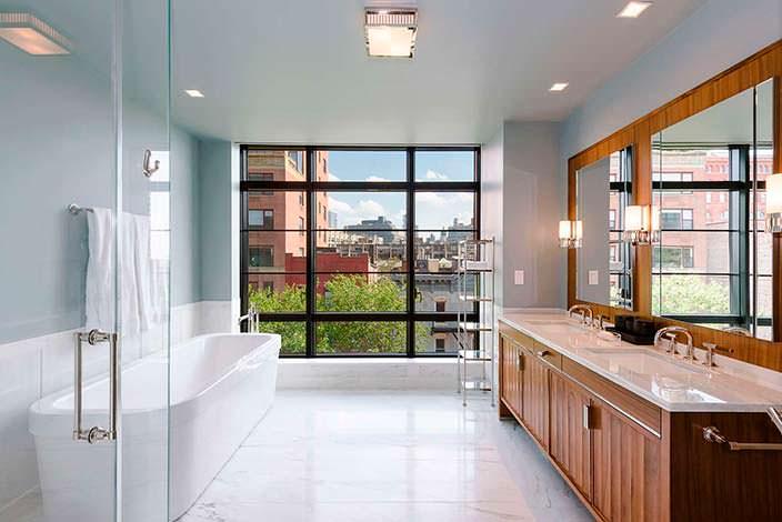 Дизайн ванной комнаты с мраморным полом в квартире Бон Джови