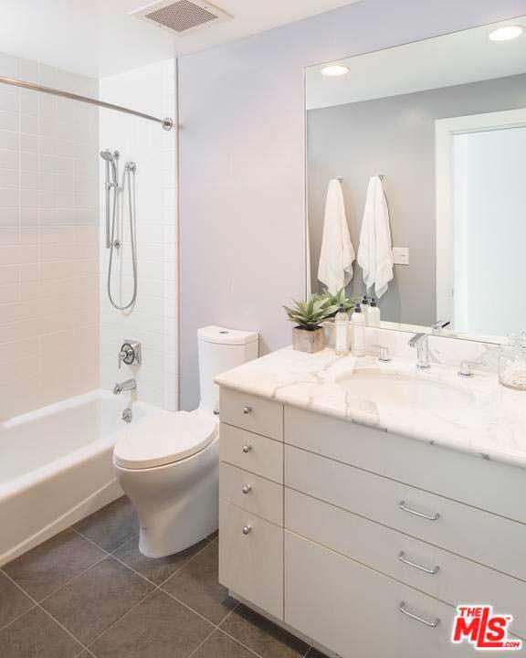 Мраморная раковина в дизайне ванной Кендалл Дженнер