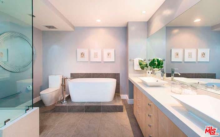 Современный дизайн ванной комнаты в квартире Кендалл Дженнер