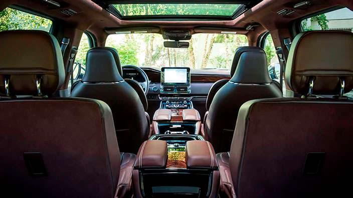 Три ряда сидений в салоне Lincoln Navigator Extended Length
