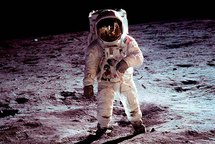 Сумку Армстронга слунным грунтом продали практически за2 млн долларов