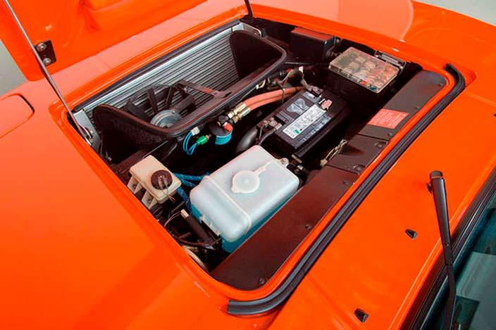 Под крышкой капота BMW M1