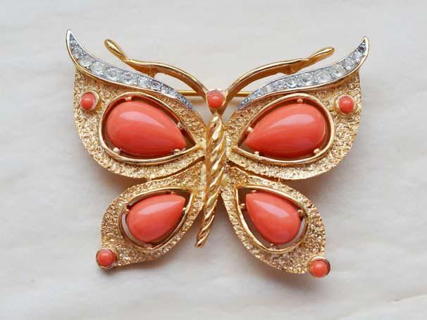 Коралловая брошь-бабочка
