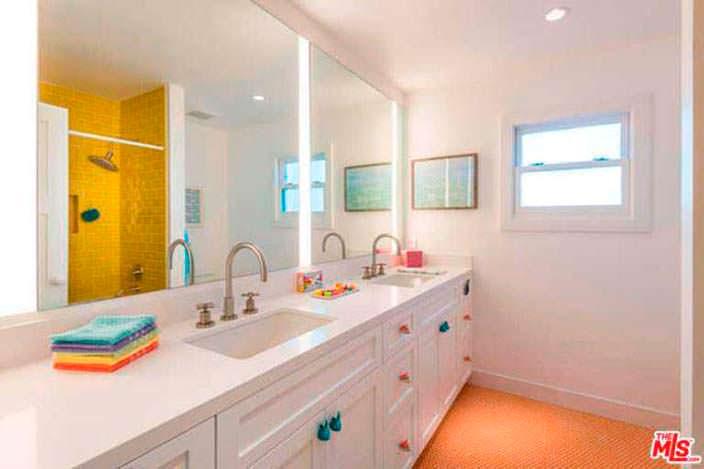 Столешница с двумя раковинами в дизайне ванной комнаты