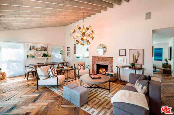 Интерьер уютной гостиной с камином в доме Лены Хеди