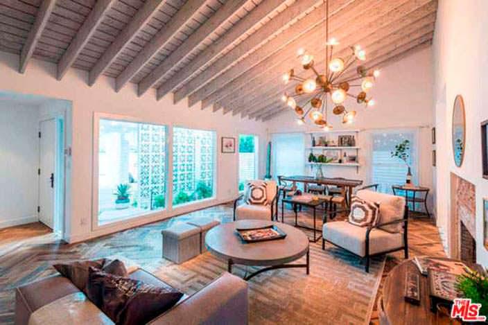 Деревянные потолочные балки в дизайне гостиной с камином