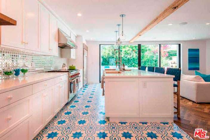 Дизайн кухни с мозаичной плиткой в доме Лены Хеди