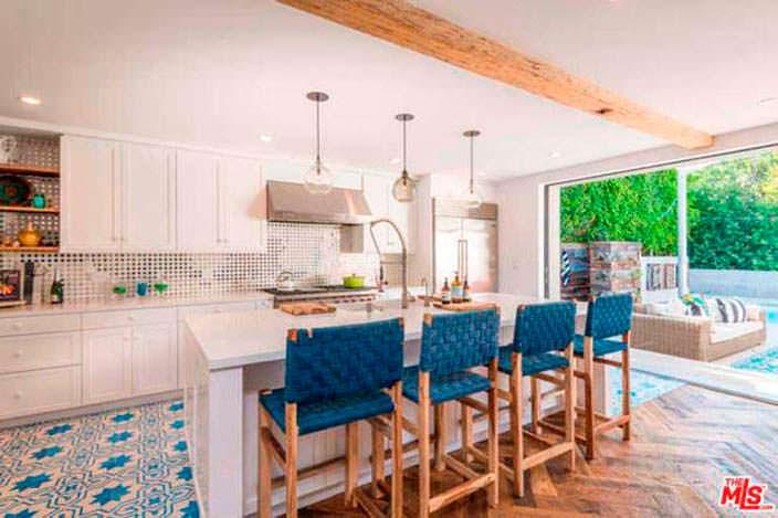 Интерьер кухни с барной стойкой в доме Лены Хеди в Шерман-Окс