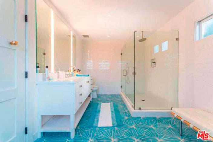 Душевая кабинка за стеклянной стеной в ванной в доме Лены Хеди