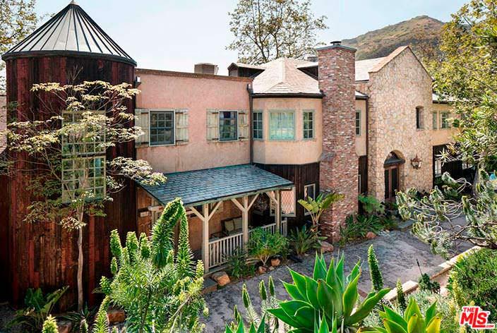 Фасад дома в замковом стиле в Малибу, Калифорния