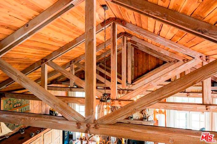 Потолочные балки в дизайне интерьера дома в Малибу