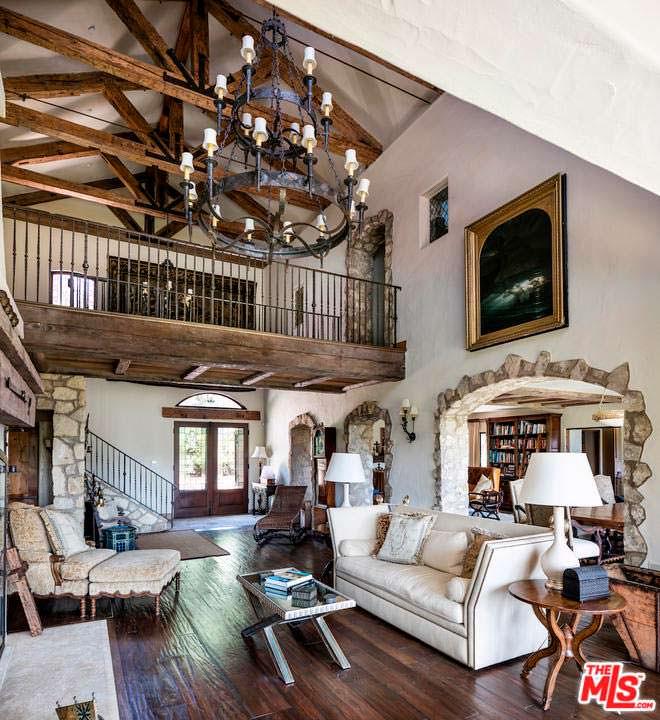 Замковый дизайн интерьера в доме Мела Гибсона