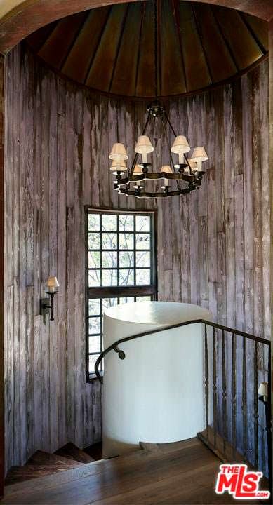 Дизайн лестничной площадки в доме Мела Гибсона