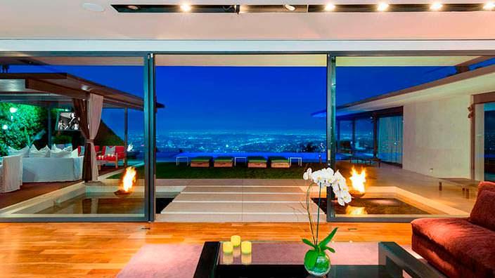 Гостиная с панорамным видом на Голливуд в доме Мэттью Перри