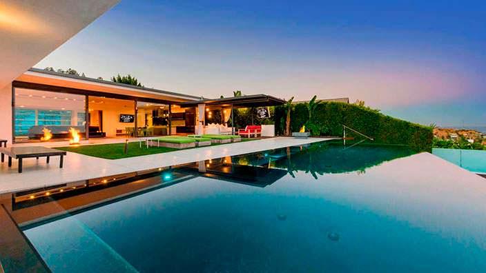 Панорамный бассейн во дворе дома Мэттью Перри