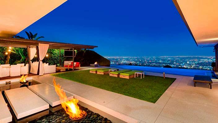 Панорамный вид на Лос-Анджелес с террасы дома Мэттью Перри
