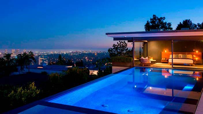Пейзажный бассейн с видом на Лос-Анджелес