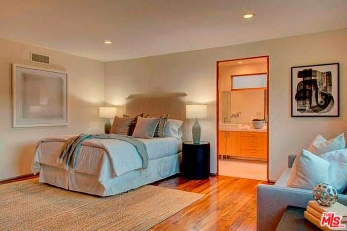 Современный дизайн спальни с отдельной ванной