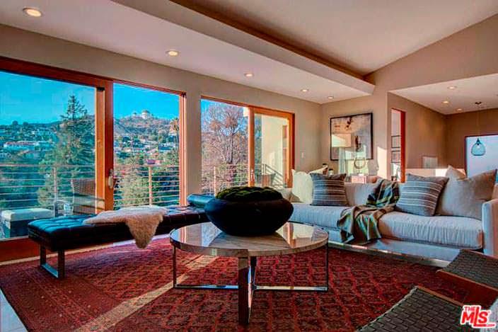 Гостиная с панорамным видом и выходом на балкон