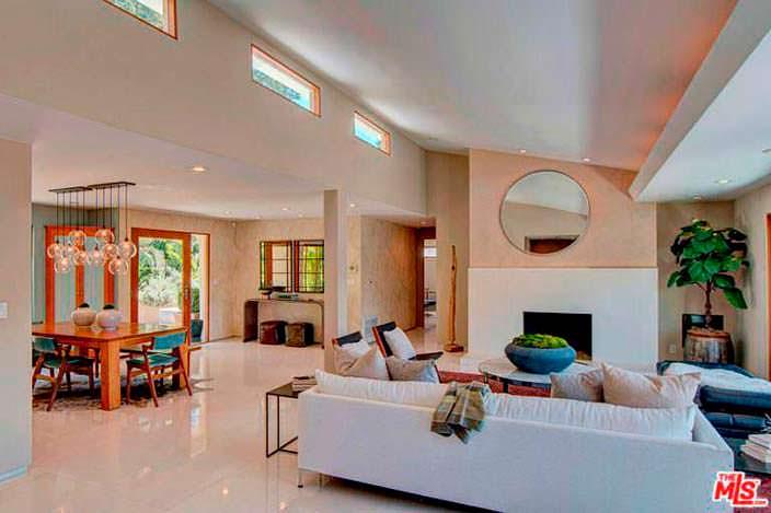 Дизайн с угловым диваном и камином